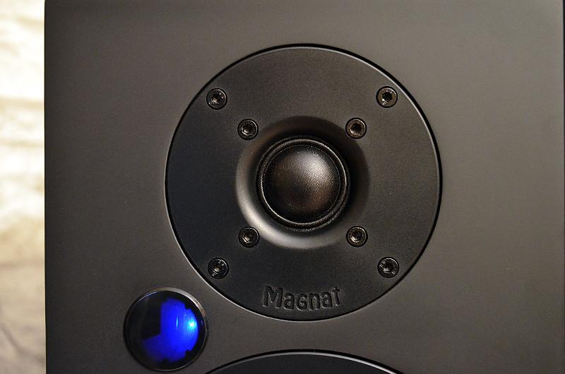 Beim Fmax-Hochtöner sorgen die abstrahloptimierte Schallführung und das Ferrit-Magnetsystem für hohe Präzision und Dynamik.