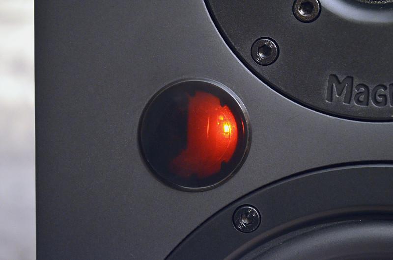 Die Aktivbox des Duos signalisiert Betriebszustand und aktive Quelle in der Front.