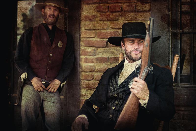 Der berüchtigte Revolverheld Wild Bill Hickok (Luke Hemsworth) sorgt in Abilene für Ordnung. (© WVG Medien)