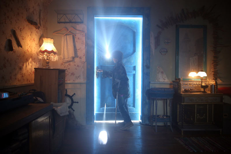 Lukasz entdeckt hinter einer blauen Tür die Silberwelt. (© Splendid Film)