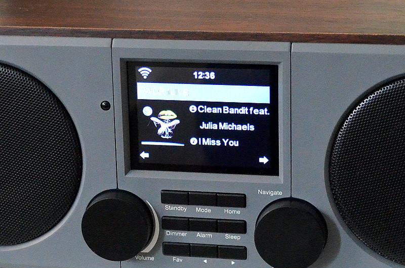 Das LCD-Display signalisiert, dass es bei diesem Internetradio einen etwas größeren Funktionsumfang gibt.