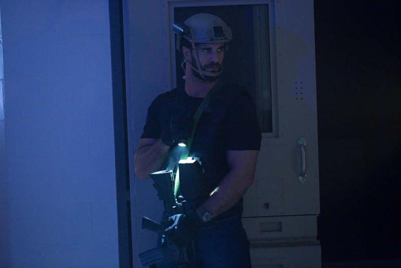 Mühsam versuchen die Teammitglieder, Licht ins Dunkel zu bringen. (© Concorde Home Entertainment)