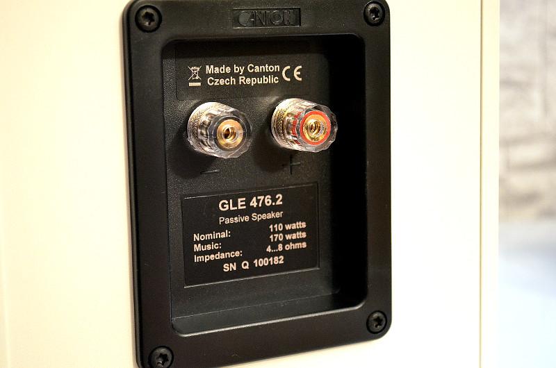 Im Anschlussterminal stehen robuste Schraubklemmen für die Lautsprecherkabel bereit.