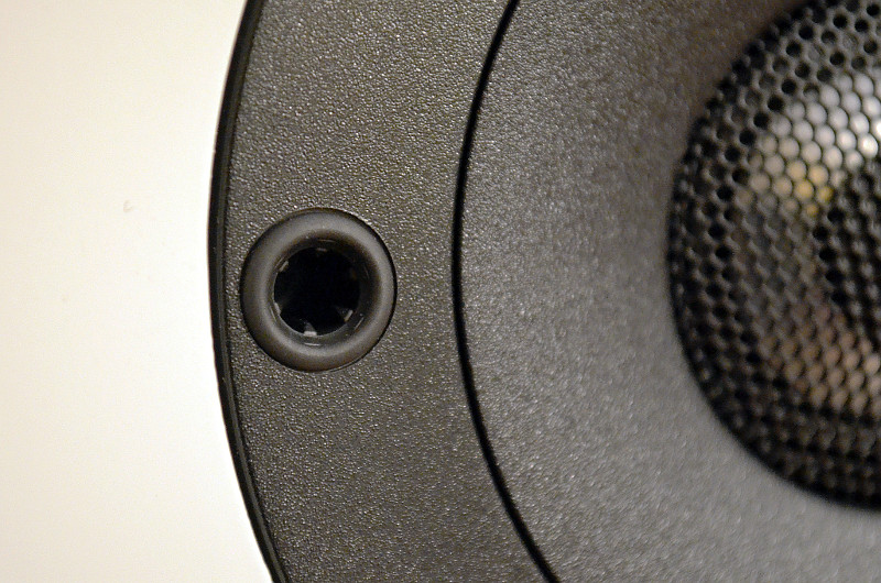 Clever gelöst: Die Stecklöcher für die Frontblende sind unauffällig in den Chassiskörben versteckt.