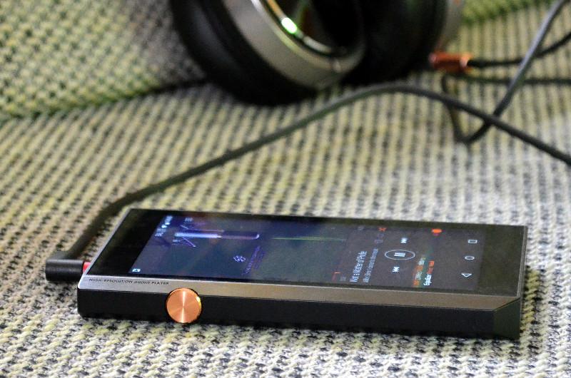 """Ein dezenter Hinweis auf die Qualitäten des XDP-300R darf natürlich nicht fehlen: Links neben dem Lautstärkeregler ist der Schriftzug """"High-Resolution Audio Player"""" ins Gehäuse geprägt."""