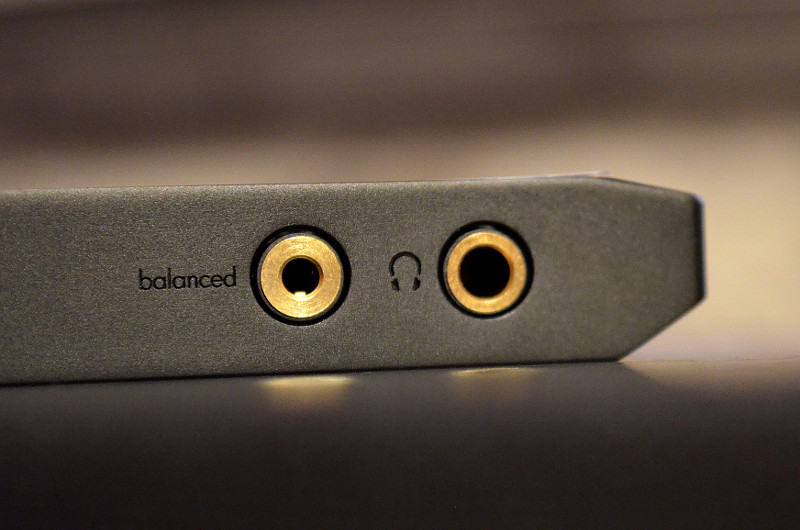 Oben am Gehäuse sind gleich zwei Kopfhörer-Anschlüsse platziert.