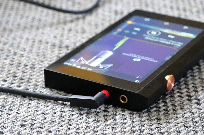 Als geeigneter Spielpartner eignen sich HiRes-Kopfhörer wie der SE-MHR5 von Pioneer - der bringt auch schon die passenden Kabel für beide Anschlussbuchsen mit.