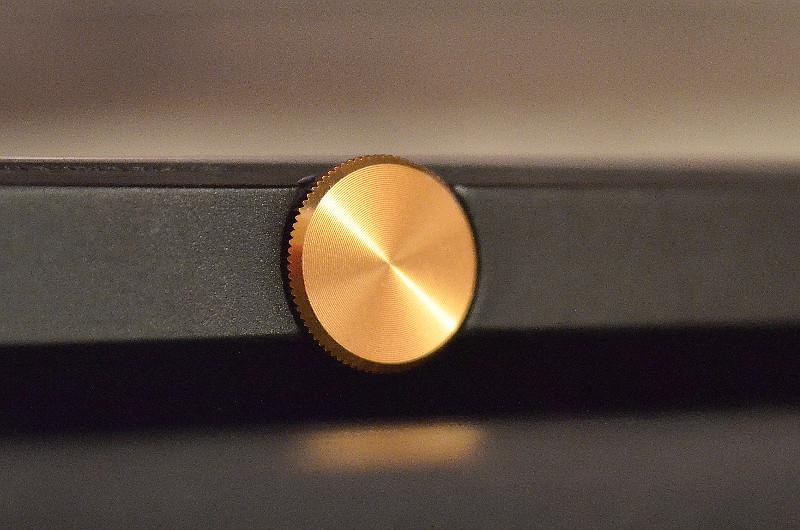 Der Drehregler zur Lautstärkeregelung setzt einen Akzent und lässt sich stets bequem bedienen.
