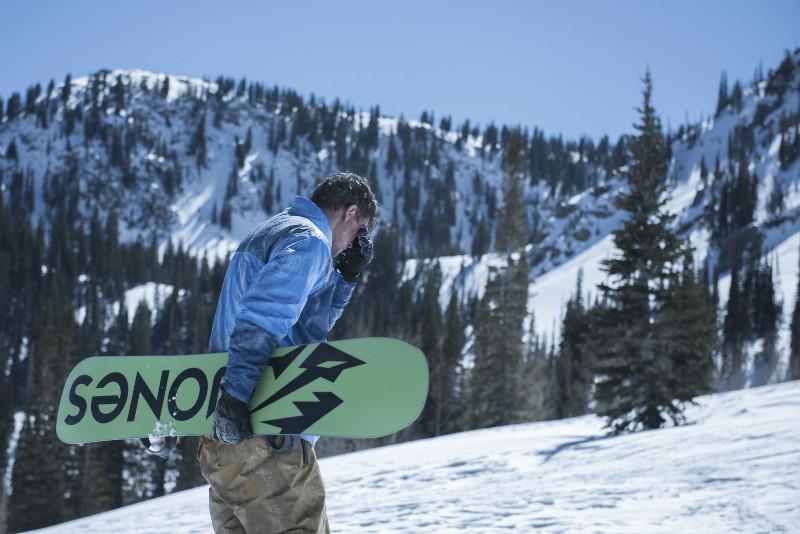 Der Ex-Eishockey Spieler und Adrenalinjunkie Eric LeMarque startet eine Snowboardtour durch die höchsten Gipfel der Sierra Nevada. (© Universum Film)