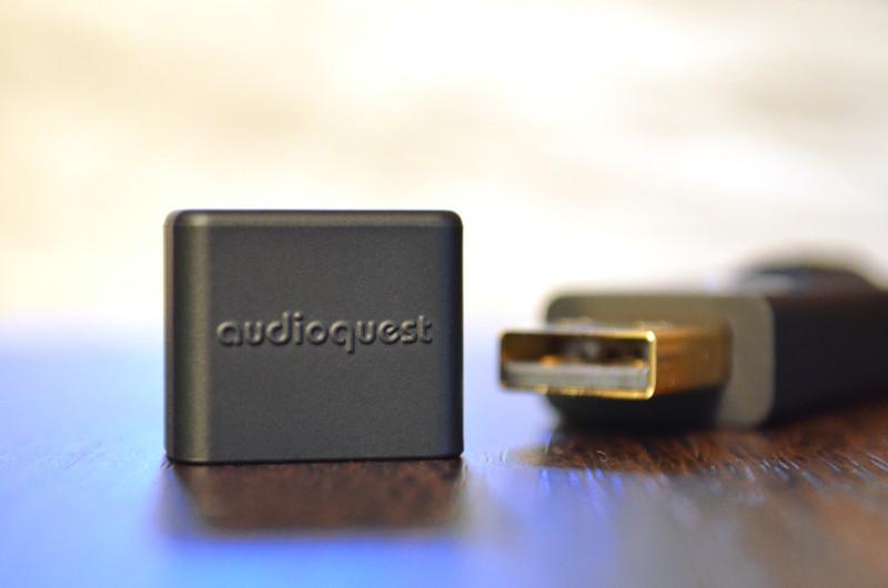 Wird der DragonFly Black nicht benutzt, schützt eine Abdeckkappe die Kontakte des USB-Steckers.