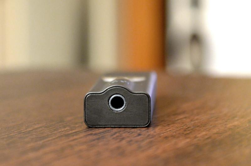 """Das ultrakompakte Gehäuse des DragonFly Black unterscheidet sich vor allem durch das hochwertige Äußere und die dem Kopfhöreranschluss geschuldete Rundung von """"normalen"""" USB-Sticks."""