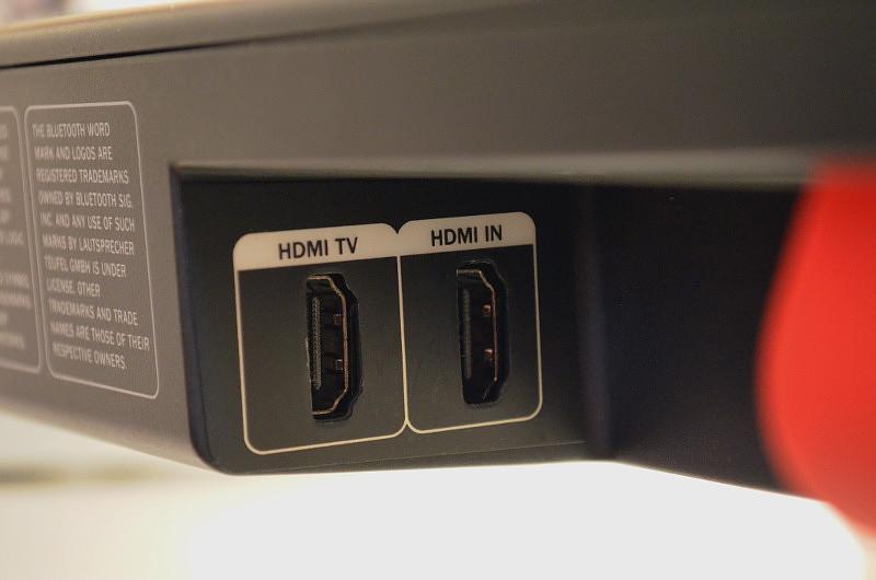 Die Cinebar Duett stellt zwei HDMI-Anschlüsse zur Verfügung. Der vordere (HDMI TV) dient zum Anschluss an den Fernseher.