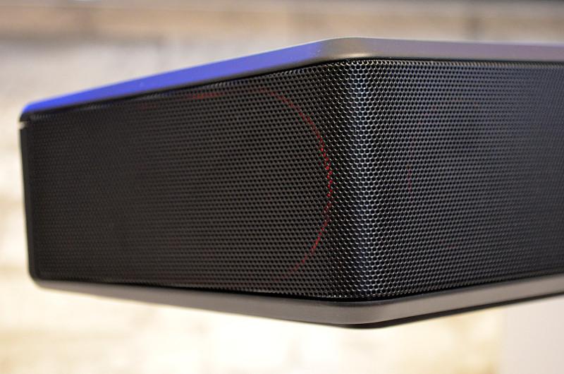 Die seitlichen Lautsprecher (gut am roten Rahmen zu erkennen) sorgen für raumfüllenden Klang.