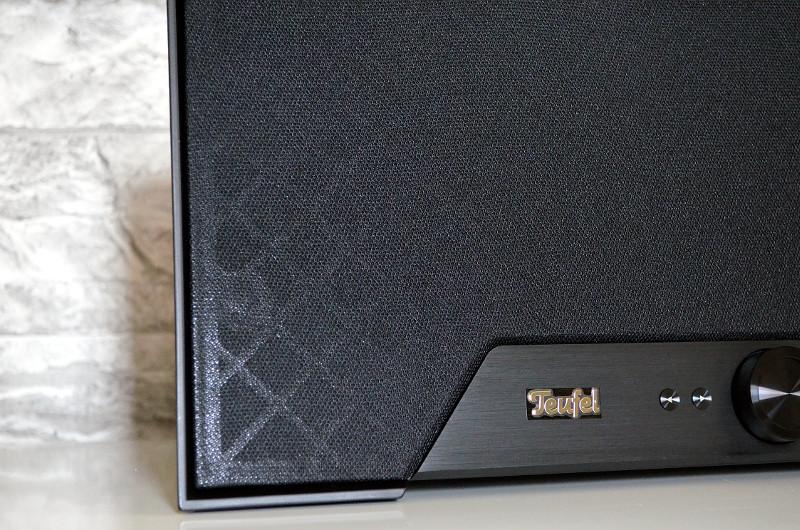 Hinter der stoffbespannten Front und dem je nach Lichteinfall dezent durchscheinenden, stoßfesten Kunststoff-Skelett sind insgesamt sieben Lautsprecher verbaut.