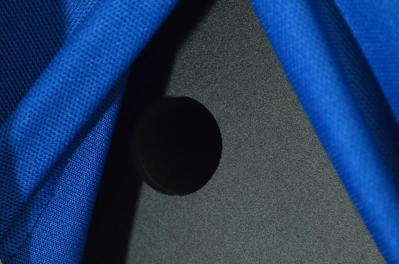Vorhang auf: In der Rückwand der Sound de Couleur ist neben den Anschlussklemmen auch ein Bassreflexport platziert.