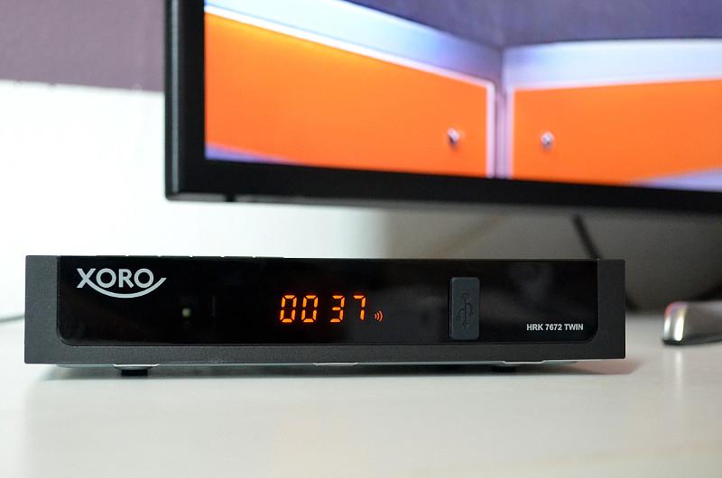 Nur 3,5 Zentimeter ist der kompakte HRK 7672 Twin hoch - damit passt er sogar unter das Display des Fernsehers.