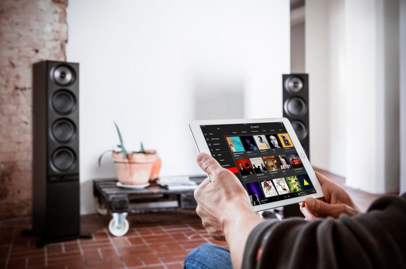 Bequemer geht es nicht: Die Stereo L können dank der Raumfeld-App ganz bequem per Smartphone oder Tablet bedient werden.