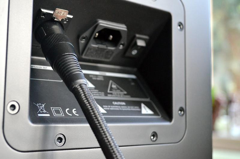 Die Verbindung zwischen Aktiv- und Passivbox erfolgt über das mitgelieferte stoffummantelte XLR-Kabel.