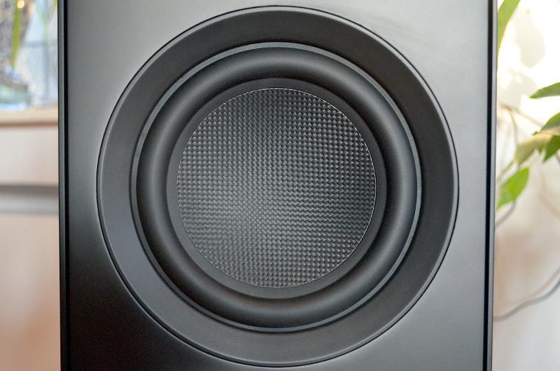 Der Carbon-Tieftöner der Stereo L ist gleich dreifach vorhanden - kraftvoller Sound inklusive.
