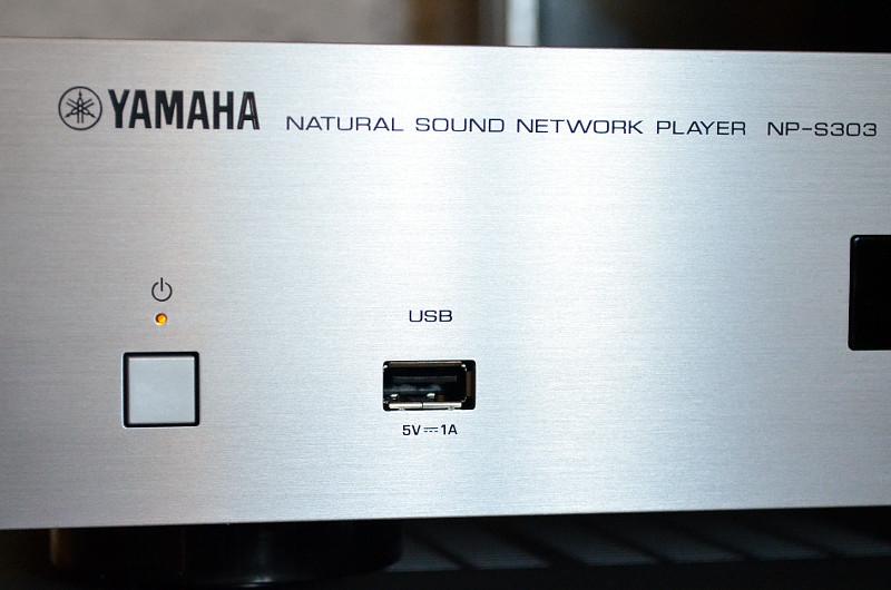 Kabelgebunden geht eingangsseitig wenig beim NP-S303 - mit Ausnahme des USB-Ports in der Front.