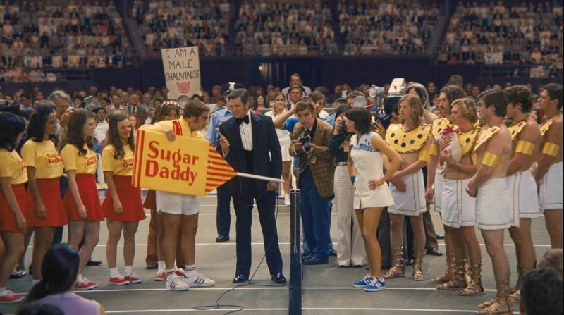 Billie Jean King (Emma Stone) und Bobby Riggs (Steve Carell) liefern sich einen spektakulären Tennis-Schaukampf. (© 20th Century Fox)