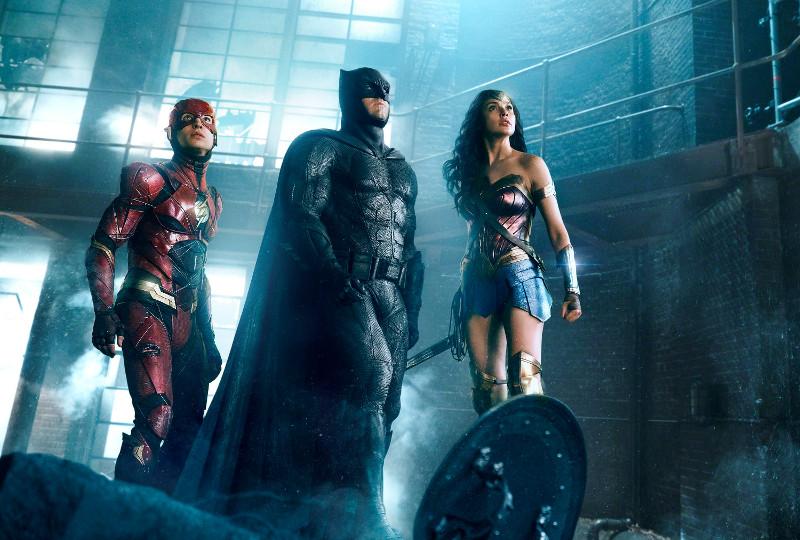 Batman und Wonder Woman rekrutieren Mitstreiter, um eine neue Bedrohung zu bekämpfen. (© Warner Bros)