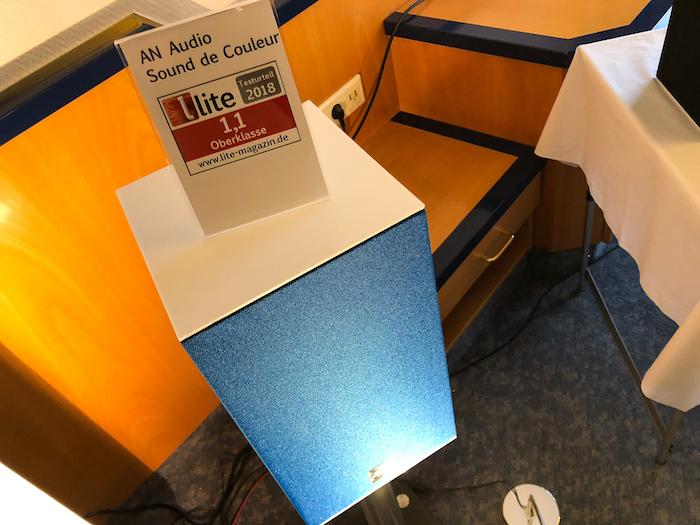 Die in Hamburg in sattem blau vorgeführte Zwei-Wege-Box spielt wie sie ausschaut: gradlinig, aufgeräumt und zielgerichtet.