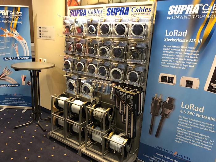 Ohne Kabel läuft (fast) nichts. Und wenn schon Kabel, dann ordentlich. Exakt dafür steht Supra Cable mit einer riesigen Auswahl an Strom- und Signalleitern. In Hamburg konnte man sich ein Bild vom aufwändigen Aufbau und der hervorragenden Verarbeitung der diversen Produktlinien machen.