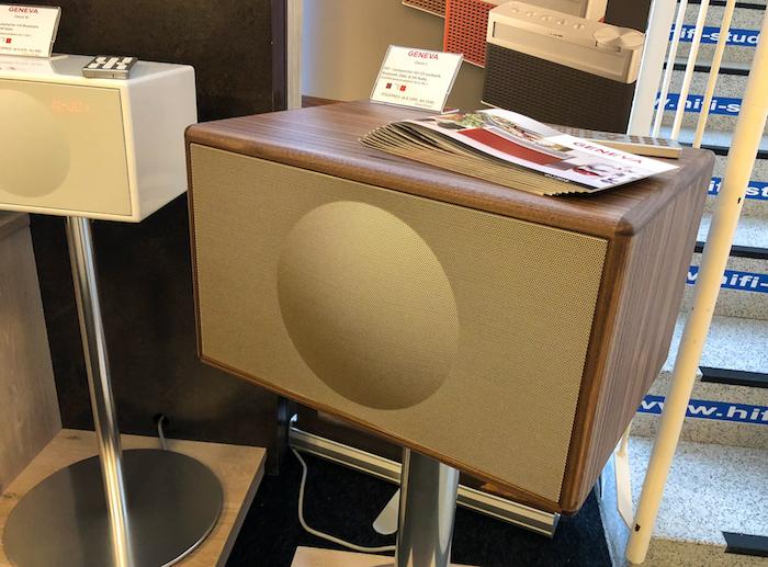 Das Geneva Classic L ist dann nochmals zwei Nummern größer (aber noch immer kompakt) und gehört zu den klanglich anspruchsvollsten Bluetooth-Radio-Wiedergabegeräten Europas. Preis: ab 1349 Euro.