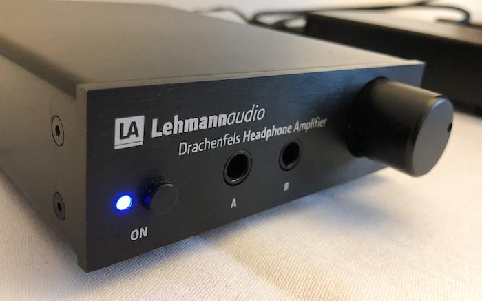 Klein aber oho: So könnte das Motto bei Lehmannaudio heissen. Im Mittelpunkt: eines der polulärsten Produkte der Rheinländer Audiospezialisten, der Drachenfels. Ein kompakter Kopfhörerverstärker, der sich bei Bedarf u.a. modular um einen DAC aufrüsten lässt.