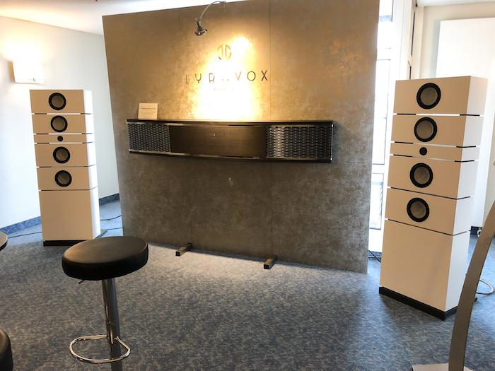 Neben den markanten Soundboards hat Lyravox seit einiger Zeit aber auch einen stattlichen Lautsprecher (fast) konventioneller Bauweise im Programm: das Modell KARL. Dabei handelt es sich um ein Aktiv-Setup mit integrierten Verstärkereinheiten, Wandler-Setup und HD-Streamer.