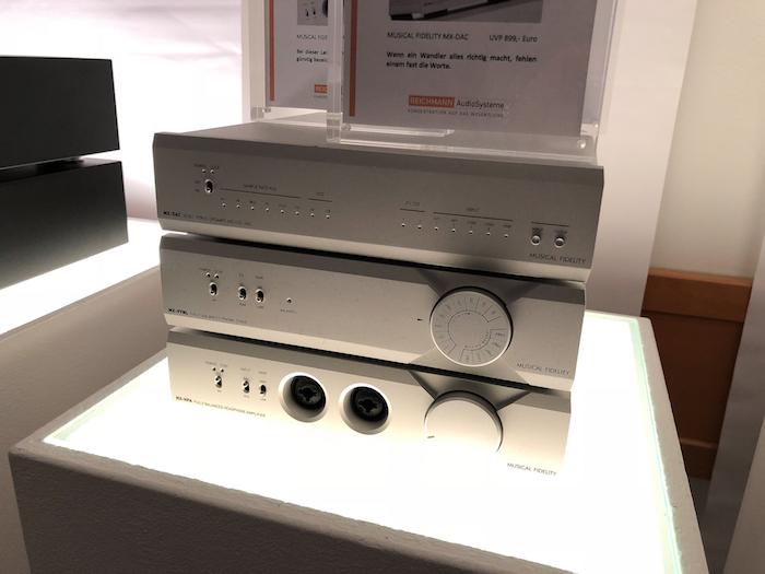 Wenn es etwas kompakter sein soll, lässt es sich ebenfalls sehr gut aus dem Musical Fidelity-Portfolio wählen. Hier wäre dann die MX-Serie die richtige Wahl. Im Hamburg zu sehen: MX-DAC (um 900 EUro), Phono-Vorverstärker MX-VYNL, Kopfhörerverstärker MX-HPA.