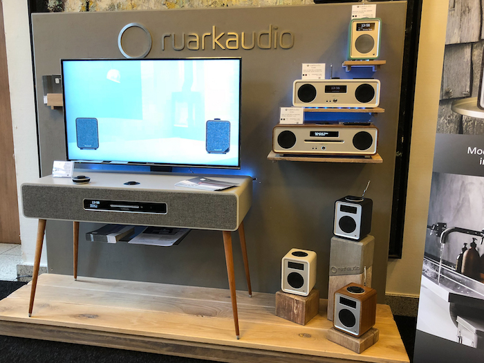 Im letzten Jahr durften wir die Ruark R7 (links) bereits bestaunen. Der R7 ist ein erstklassig verarbeiteter Vintage-Musikschrank mit DAB+/FM-Tuner, CD-Laufwerk, Netzwerkmodul und Bluetooth-Empfang. Preis: um 3.000 Euro.