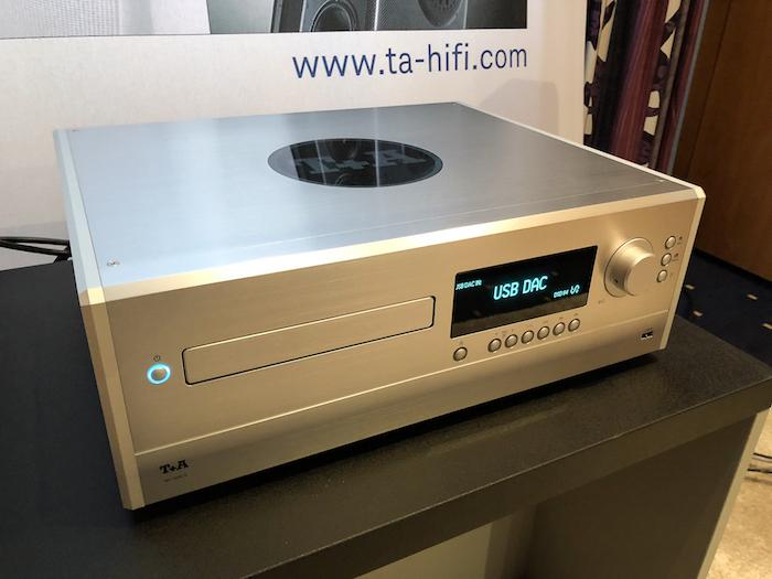 """Als Quelle dient hier der MP 2500R. Die Bezeichnung """"Multi-Quelle"""" trifft es aber wohl eher, der MP 2500R beinhaltet u.a. ein SACD-Laufwerk, Tuner für DAB+ und FM HD, FM, einen Bluetooth-Empfänger sowie Zugang zu Musikstreamingdiensten Tidal, Deezer oder qobuz."""