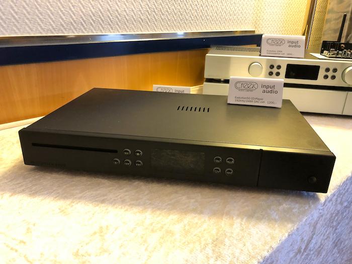 Passend dazu bzw. der kleineren Verstärker-RAnge passend: der CD-Player Evolution 50CD (Preis: 1200 Euro). DAs Besondere an ihm: Der Evolution 50CD nimmt auch digitale Signale (bis 192 kHz) externer Quellen an und kann somit für diese Quellen als DAC genutzt werden.