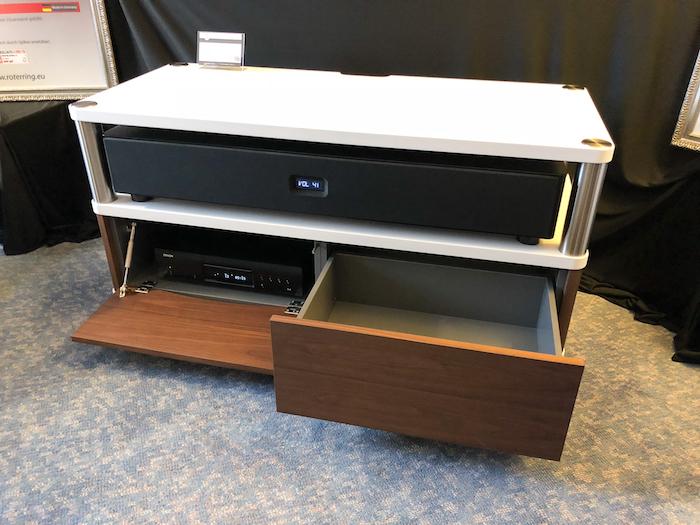 Seine halboffene Bauweise erlaubt die Integration massiver HiFi-Bausteine oder größerer Soundbars (hier Nubert AS-450 !!). Der Clou dabei: das exzellent verarbeitete Belmaro 23 kann individuell mit Klappen, Schubladen etc. ausgestattet werden.