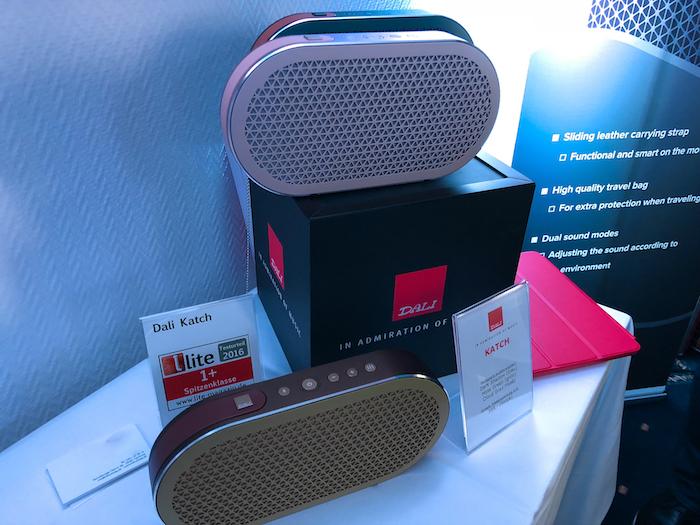 Wenn auch kompakt, dennoch ein weiteres HiFi-Highlight: der tragbare Bluetooth-Speaker KATCH aus dem Hause Dali. Aus unserer Sicht einer der derzeit bestklingenden mobilen Bluetooth-Speaker.
