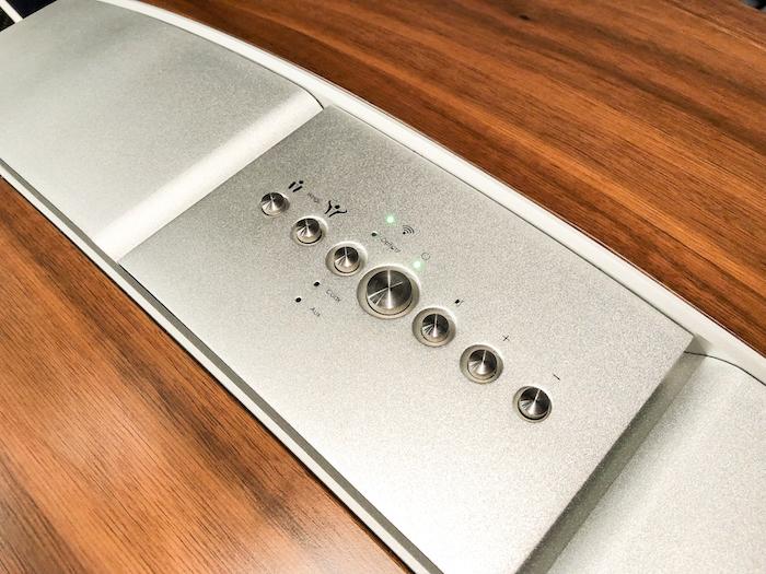 Die exklusiv verarbeitete sf16 lässt sich wahlweise via Fernbedienung, Smartphone-App oder auch über das oben eingelassene Tastenfeld bedienen.