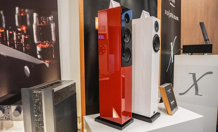 Die neue Classic 5 (rechts) bietet den Einstieg in den Edelklang von Audio Physic, die darüber angesiedelte, ebenfalls ganz frische Classic 15 glänzte mit ihrer Glas-Oberfläche, ist aber auch mit Holzfurnier zu haben. (Preise: Classic 5 ab 1.790 Euro, Classic 15 ab 2.490 Euro)