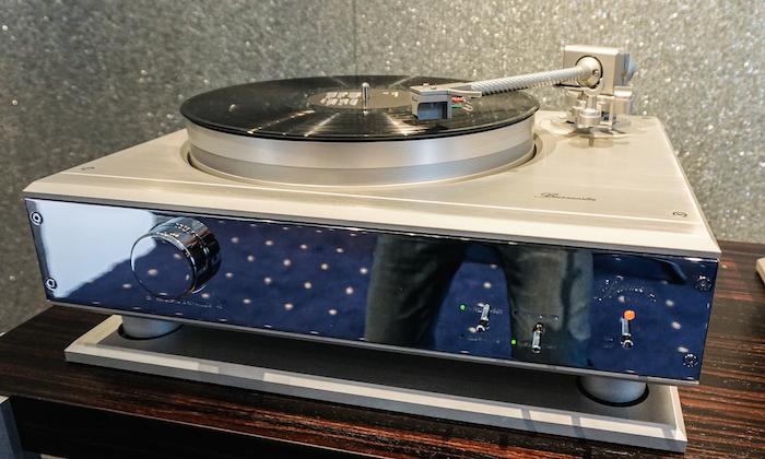 Premiere: Burmester präsentiert mit dem Schallplattenspieler 175 sein erstes Analog-Laufwerk. Der edle Vinylist ist optisch im glänzenden Chrom-Design der Reference Line gehalten, akustisch punktet er mit seinem integrierten Vorverstärker, der auf dem High End-Amp Phono Preamplifier 100 basiert. Im Herbst soll der Burmester Schallplattenspieler 175 für etwa 35.000 Euro erwerbbar sein.