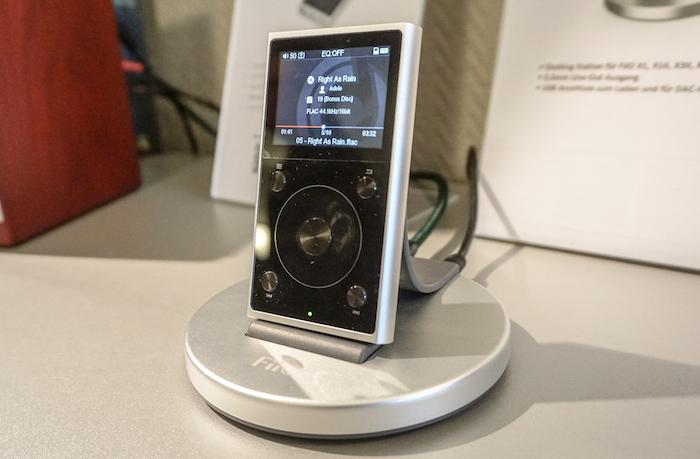 Der FiiO X1 II sorgt für mobilen Wohlklang: Der HiRes-Player spielt Files bis zur Qualität 32 Bit/192 kHz, er beherrscht die Formate APE, FLAC, ALAC, WAV, WMA. Über Bluetooth geht's sogar kabellos. Mit dem Touch Wheel ist das Handling easy, leicht ist der kleine Musikmacher sowieso: Trotz Metallgehäuse wiegt der FiiO X1 II gerade mal 102 Gramm. Durch eine Speicherkarte ist der Player auf bis zu 256 GB erweiterbar (Preis: 99 Euro, Docking-Station DK1: ca. 30 Euro).