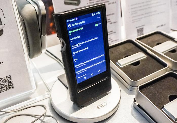 FiiOs neuer Superstar: Der mobile HiRes-Player FiiO X7 Mark II spielt hochauflösende-Files bis PCM-32Bit/96 kHz und DSD64. Der Arbeitsspeicher ist auf 2 GB gewachsen, der interne Speicher fasst nun 64 GB, dazu bietet der FiiO X7 Mark II jetzt zwei Speicherkartenplätze. Auch die Zahl der WLAN-Bänder wurde verdoppelt: Nun wird sowohl auf auf 2,4 GHz und 5 GHz gefunkt, alternativ geht auch Bluetooth 4.2 mit aptX (Preis: ca. 749 Euro).