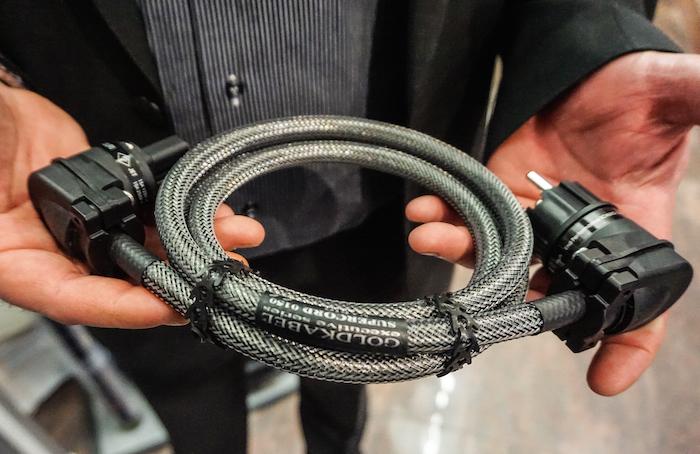 Cleveres Kabel für High End-Klangketten: Das Supercord Vario von Goldkabel besitzt abgewinkelte Kontakte, zudem sind die Steckerstifte in vier verschiedenen Ausrichtungen montierbar – so passen die für den Kunden maßgeschneiderten Kabel in jede Netzleiste (Preis: ab 579 Euro).