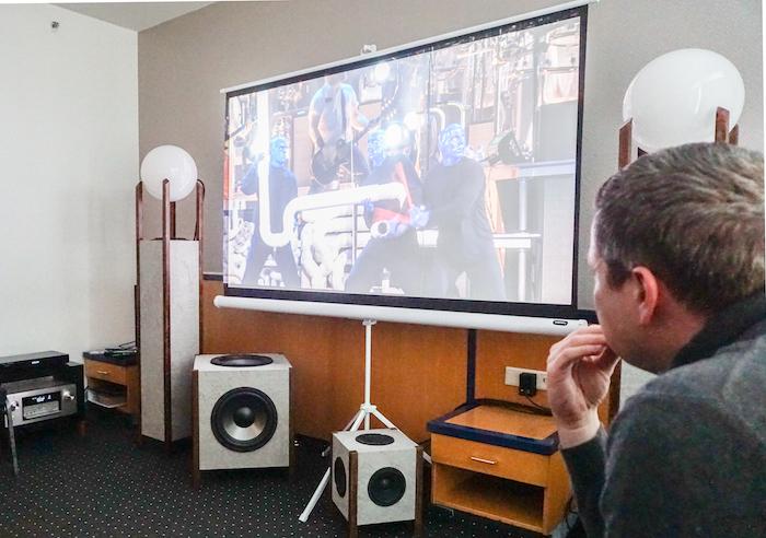 HRD sorgte mit dem Lautsprecher SpaceOne für dreidimensionalen Klang. Das Punkstrahler-System besitzt ein Breitband-Chassis für den gesamten Frequenzbereich, es  ist nach oben auf eine Glaskugel als Schallverteiler gerichtet und bewirkt eine kugelförmige Schallausbreitung.