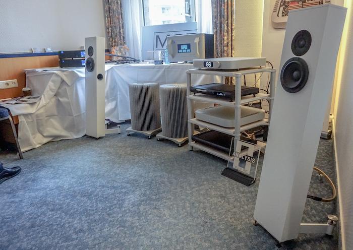 """Auf der Messe spielte die MSB-Elektronik an dem schlanken High End-Schallwandler """"modell 2"""" des Lübecker Lautsprecherherstellers stereokonzept."""
