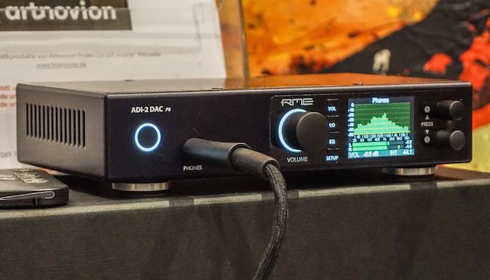 RME präsentiert mit dem ADI-2 Pro einen audiophilen AD/DA-Wandler und Kopfhörerverstärker: Die vielseitige Audio-Komponente verarbeitet über das Wandler- und DSP-Modul PCM bis 768 Kilohertz sowie DSD64, an Ein- und Ausgängen bietet der ADI-2 Pro analog zwei Ein- und vier Ausgänge in Form von XLR (symmetrisch) und Klinke (unsymmetrisch), digital offeriert er Schnittstellen für AES/EBU SPDIF elektrisch, SPDIF optisch (oder ADAT) und USB 2.0 (Preis: 1.599 Euro).