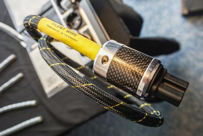 Silent Wire hat sich als High End-Manufaktur für Kabel Made in Germany etabliert. Die höchstwertigen Strom- und Signalverbindungen werden in Handarbeit nach individuellem Kundenwunsch hergestellt und vor der Auslieferung eingespielt. Hier das Netzkabel aus der AC Referenz Ag-Serie, konfektioniert mit Furutech Schukostecker und Kaltgerätekupplung.