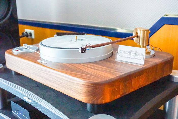 Der Rendsburger Plattenspieler-Spezialist Tone Tool präsentierte das bildhübsche, in Holz gefertigte Laufwerk Trapezium (Preis: um 11.900 Euro), hier ist es ausgestattet mit der programmierbaren Antriebseinheit Motordose Dereneville DAE-01 CL (etwa 2.500 Euro).