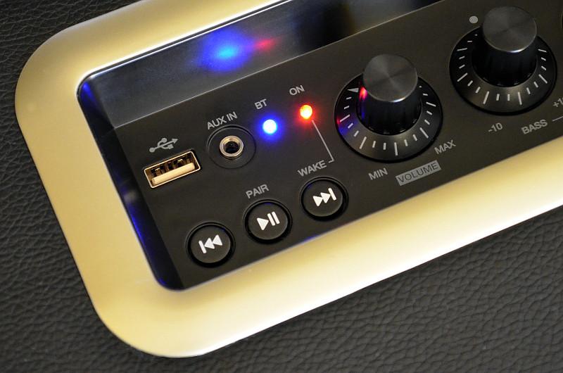 Neben Bluetooth gibt es auch kabelgebundene Zuspielmöglichkeiten in Form eines USB- und eines 3,5-mm-Aux-Anschlusses.