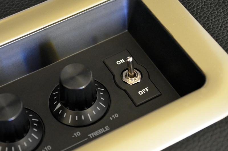 Der Retro-Look wird sogar beim An/Aus-Schalter aufgegriffen.